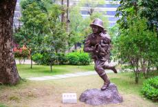 深圳公園文化教育標識玻璃鋼消防員人像雕塑
