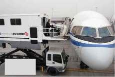 国航启动车载式升降机为机场残疾旅客提供方