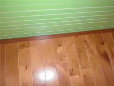 应该把那些用普通木地板改装成的体育木地板