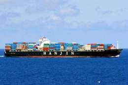 平板玻璃從天津港口裝船運輸到美國紐約