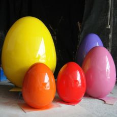 供应春节装饰金蛋摆件玻璃钢招财猪造型雕塑