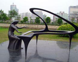 供应校园玻璃钢仿铜音乐家拉大提琴人物雕塑