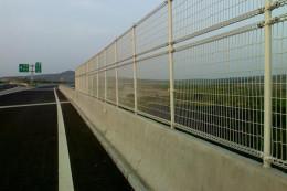 厂家直销大量公路护栏网