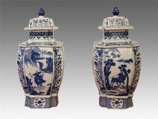 广州国弘藏大清乾隆年制青花方形盖罐