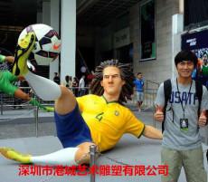 步行街玻璃鋼運動足球人物雕塑體現時代性