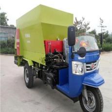 新疆羊場用撒料車廠家5立方飼料撒料車青儲飼料撒料設備多少錢