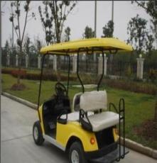兩座背靠背高爾夫球車