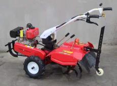 手扶式果園旋耕機小型農田微耕機的操作