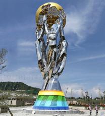 廣場人物舉鏤空球雕塑不銹鋼烤漆景觀擺件