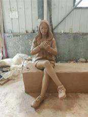 長凳上捧手機玩耍造型小姐姐玻璃鋼仿真雕像